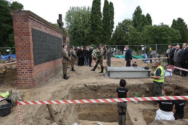 17 sierpnia miejsce ekshumacji odwiedził Bronisław Komorowski, fot. Rafał Guz /PAP