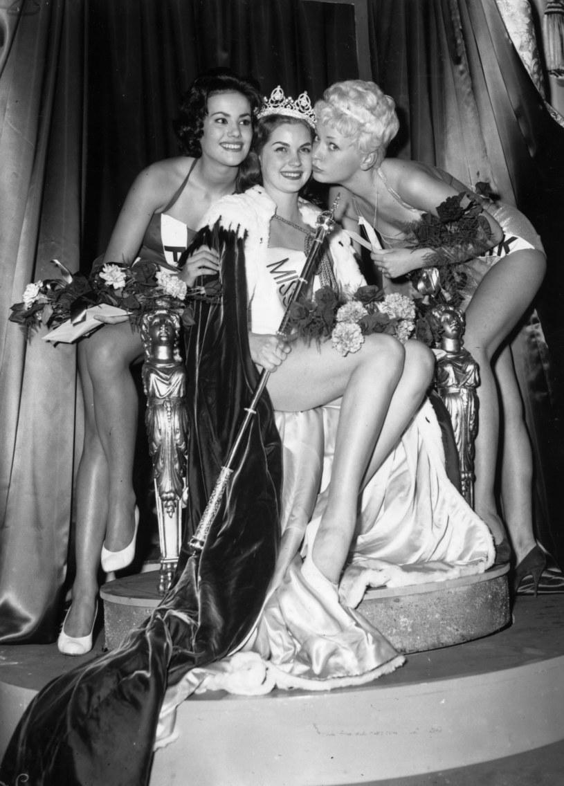 18-letnia Claudine Auger (L) podczas konkursu Miss World w 1958 roku /Central Press /Getty Images