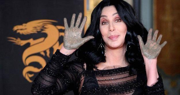 18 listopada 2010 roku Cher odbiła ślady swych rąk przed Grauman's Chinese Theatre w Hollywood /AFP