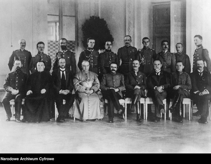 1919 r., Naczelnik Państwa Józef Piłsudski w towarzystwie członków zagranicznych misji wojskowych w Polsce i oficerów Wojska Polskiego. W I rzędzie widoczni m.in.: Jan Piłsudski (1. z lewej), biskup wileński Jerzy Matulewicz (4. z lewej), Józef Piłsudski (5. z lewej) i Adrian Carton de Wiart (4. z prawej) . W II rzędzie stoi m.in. Walery Sławek (3. z lewej). /Z archiwum Narodowego Archiwum Cyfrowego