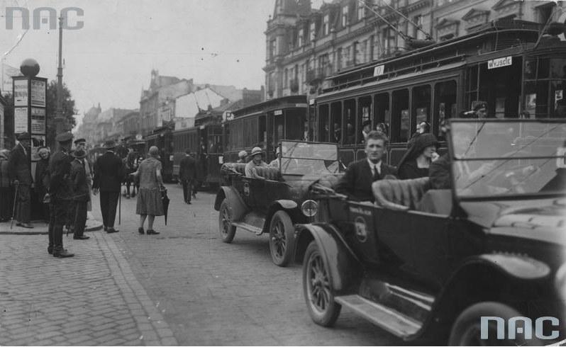 1926 r., Warszawa, ulica Marszałkowska. Widoczne tramwaje i taksówki oraz słup ogłoszeniowy /Ze zbiorów Narodowego Archiwum Cyfrowego