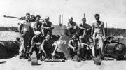 1943, John F. Kennedy (z prawej) oraz załoga kutra PT 109 na Wyspach Salomona podczas II wojny światowej