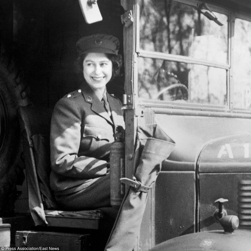 1945 rok, Elżbieta II wstąpiła do Women's Auxiliary Territorial Service /PA /East News