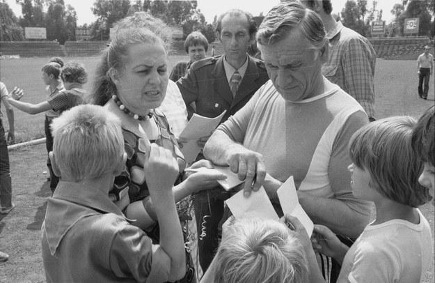 1981-07-20. Trener warszawskiej Legii Kazimierz Górski rozdaje autografy młodym kibicom /Wojciech Frelek /PAP