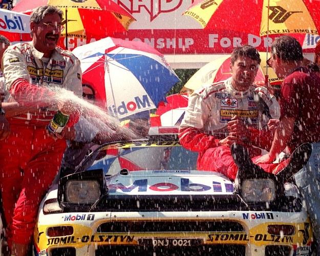1996 r. - Krzysztof Hołowczyc i Maciej Wisławski świętują zwycięstwo /PAP/CAF - Adam Hawalej /PAP