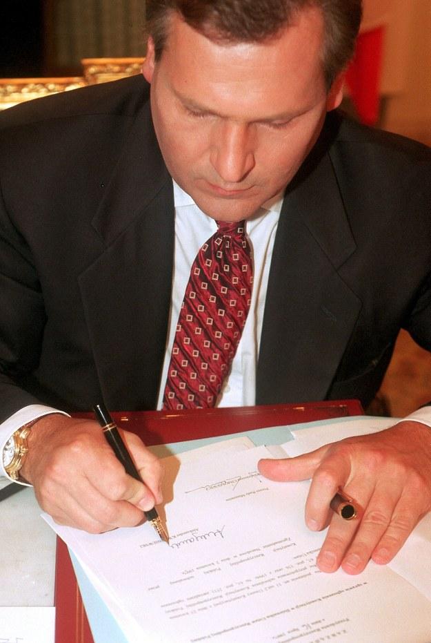 1997 rok: Prezydent Aleksander Kwaśniewski podpisuje zarzadzenie w sprawie ogłoszenia konstytucji w Dzienniku Ustaw RP /Andrzej Iwańczuk/Reporter /Reporter