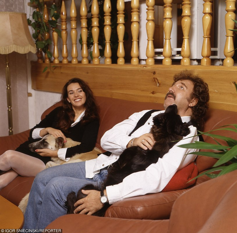 1999. Krzysztof Krawczyk z zona Ewa w swoim domu. fot. Igor Sniecinski/REPORTER /East News
