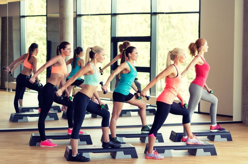 1Prawdopodobnie nie ma nic lepszego na zszargane nerwy niż wyżycie się na siłowni i możliwość wygadania się przyjaciółce /123RF/PICSEL