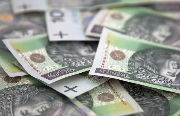 2-2,1 tys złotych pobiera najwięcej  210 180 osób /© Panthermedia