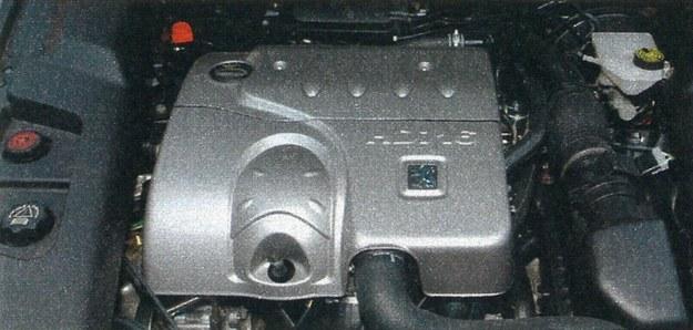 2,2-litrowy silnik HDI jest troszkę za słaby dla masywnej limuzyny. Przydałoby się kilkadziesiąt koni więcej... /Motor