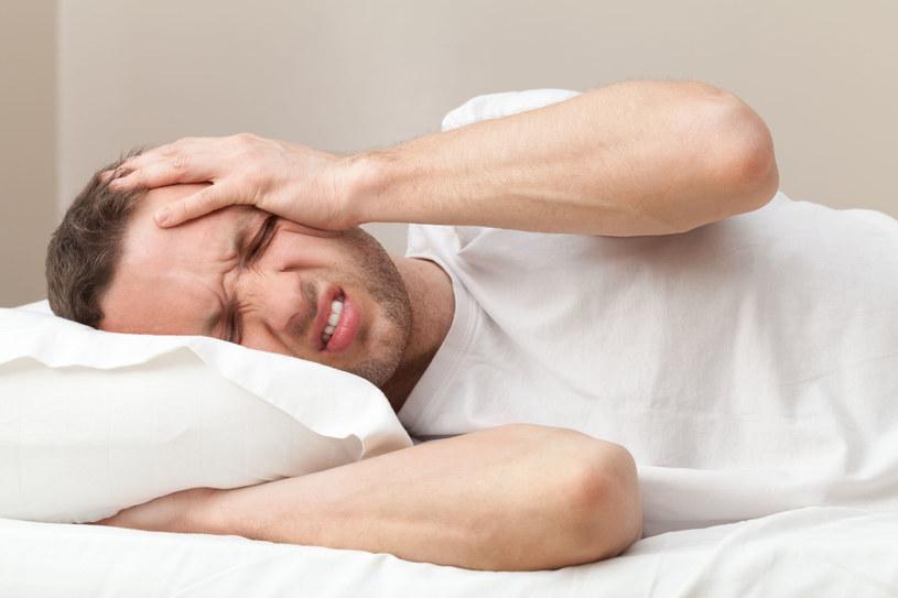2/3 mężczyzn przyznaje się, że cierpiało z powodu kaca /123RF/PICSEL