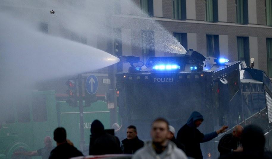 2,5 tys. chuliganów demonstrowało przeciwko islamistom /CAROLINE SEIDEL  PAP/EPA /PAP/EPA