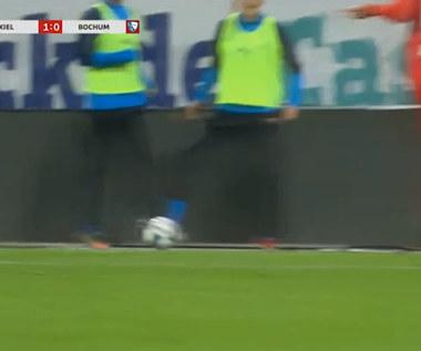 2. Bundesliga. Kuriozum. Sędzia podyktował karnego... bo rezerwowy zatrzymał piłkę (ZDJĘCIA ELEVEN SPORTS). WIDEO