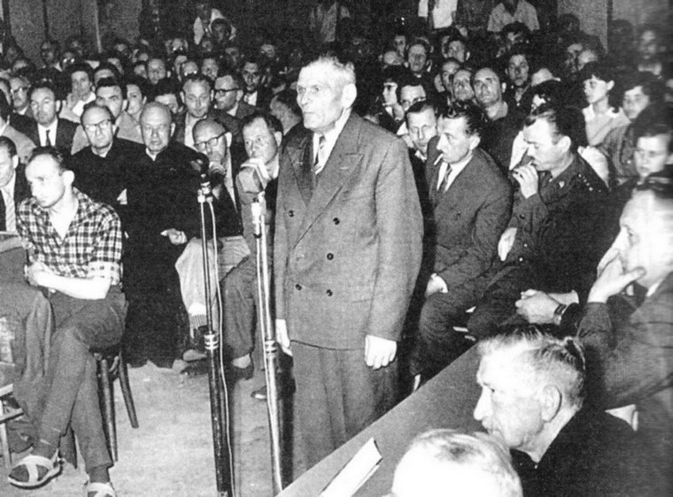 2 czerwca 1962 r. Aula SP nr 1. Świadek B. Wiśniewski zeznaje o swojej pracy w chojnickim więzieniu, do którego został skierowany przez Arbeitsamt. Fot. Tadeusz Galec, Archiwum historiachojnic. com /