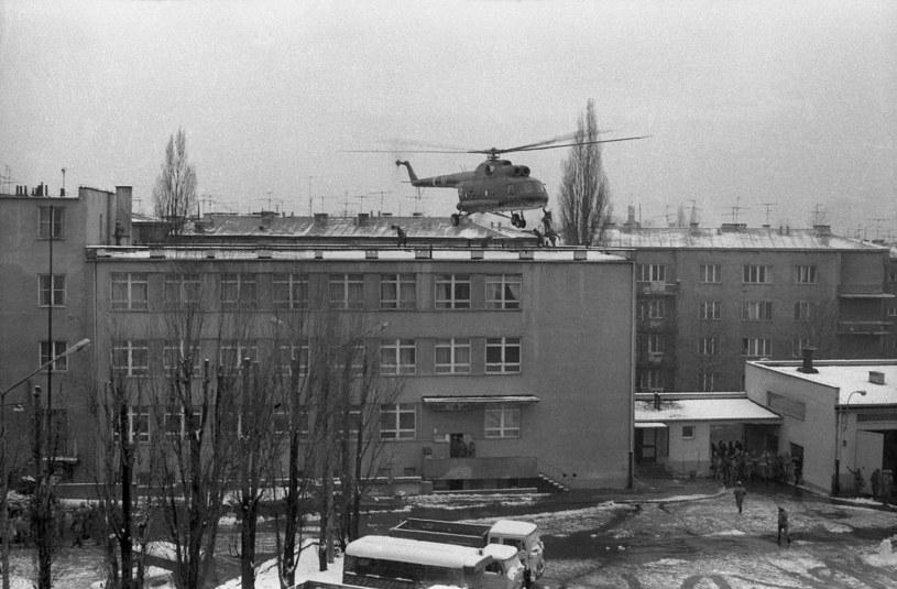 2 grudnia 1981 r. pacyfikacja strajku studentów Wyższej Oficerskiej Szkoły Pożarnictwa w Warszawie /Gabriel Podolski /Agencja FORUM