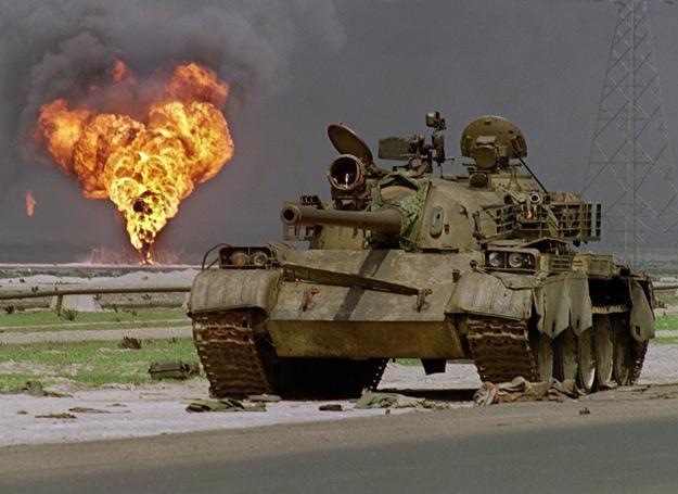 2 kwietnia 1991 r.: Iracki czołg porzucony w Kuwejcie, w tle: palący się szyb naftowy /AFP