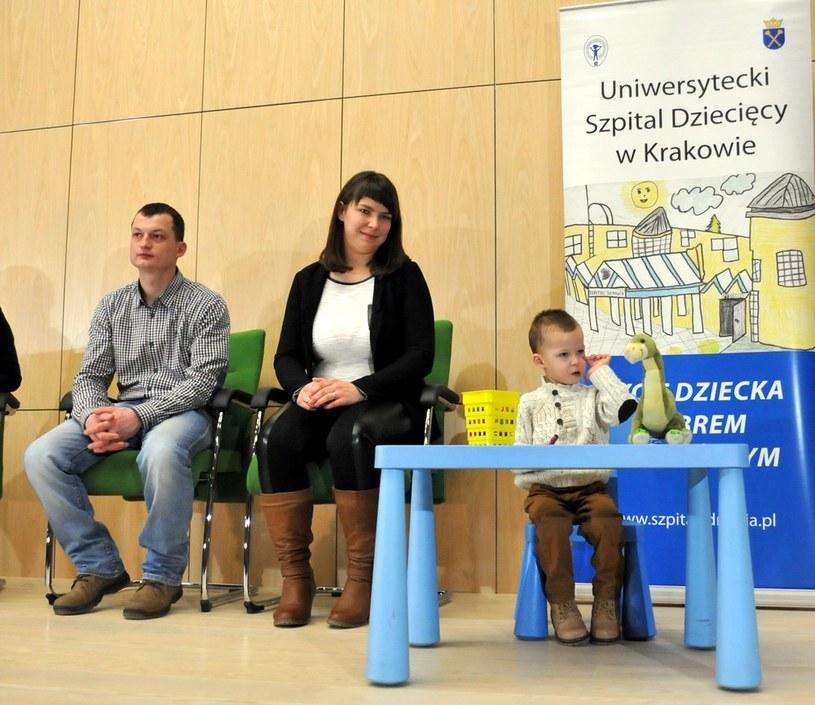 2-letni Adaś z rodzicami /M. Lasyk /Reporter