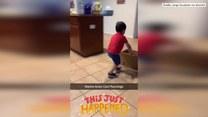 2-letni chłopiec przebywający na domowej kwarantannie zaczął biegać po pokoju, pchając przed sobą karton. Udawał, że jest bobsleistą