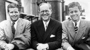 2 lipca 1938, John F. Kennedy (z prawej) z ojcem Josephem P. Kennedym (w środku) i bratem Josephem P. Kennedym Jr. (z lewej)