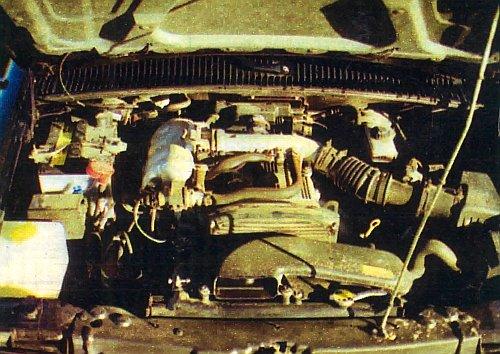 2-litrowy silnik umieszczono wzdłużnie. Jest trochę głośnawy i drży. Kręci się do 6800 obr/min. Przy 100 km/h na 5. biegu pracuje z 3000 obr/min, a po zredukowaniu przełożenia (pozycja 4 L) obroty wzrastają do 6000/min. Zużycie paliwa wg norm ECE wynosi 8,5/11,9/13,0 dm3/100 km. Zbiornik mieści 60 dm3. /Motor