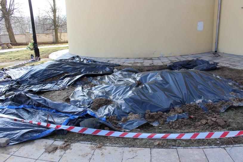 2 marca 2021 r. pracownicy WUOZ w Lublinie przeprowadzili oględziny konserwatorskie na terenie przykościelnym parafii pw. Św. Jana Chrzciciela w Dysie /Facebook /