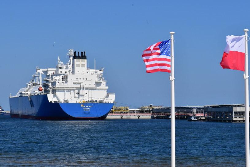 2.Pierwszy transport amerykańskiego gazu skroplonego (LNG), 26 bm. w Świnoujściu. Transport odbywa się w ramach wieloletniego kontraktu z koncernem Cheniere Energy. Źródło: PAP /&nbsp