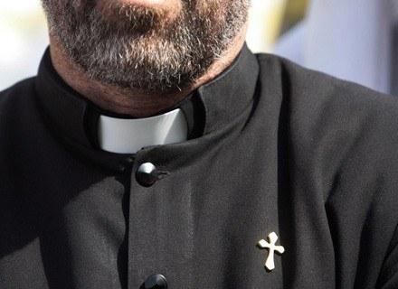 20 proc. mężczyzn i 19 proc. kobiet uważa, że katoliccy księża nie powinni żyć bez żon i rodzin /AFP