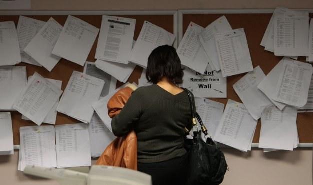 20 proc. młodych z bezrobotnych rodzin obawia się, że tak jak ich otoczenie, skończy na zasiłku /AFP