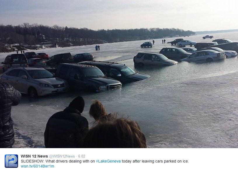 20 samochodów znalazło się częściowo pod wodą /Twitter