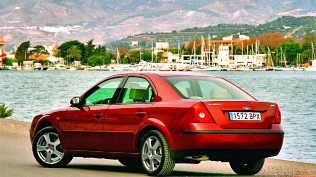2000: Mondeo II zupełnie zrywało z obłymi kształtami poprzednika. Modernizacja w 2005 r. /Ford