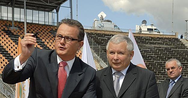 2007 r.: Prezes Zaglębia Robert Pietryszyn (L), Jarosław Kaczyński, Adam Lipiński. Fot. M. Poloch /Reporter