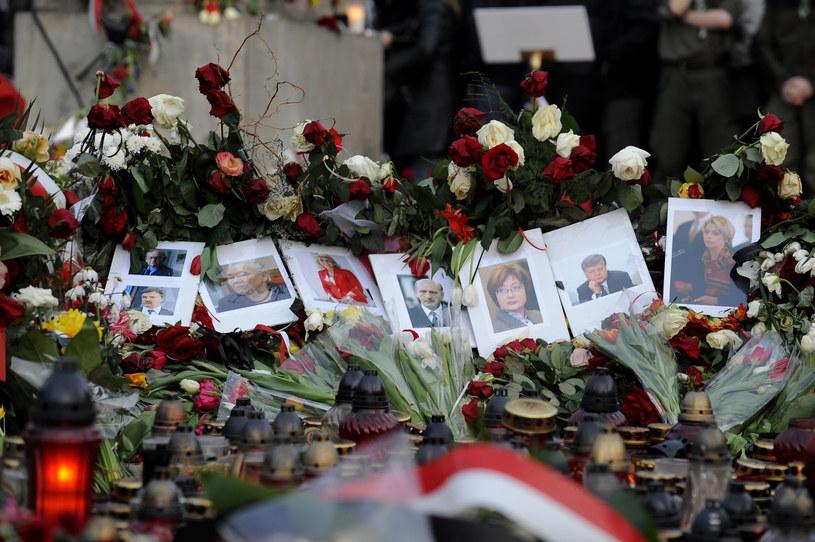 2010.04.11 WARSZAWA POLACY WSPOMINAJA PREZYDENTA LECHA KACZYNSKIEGO /Michał Wargin /East News