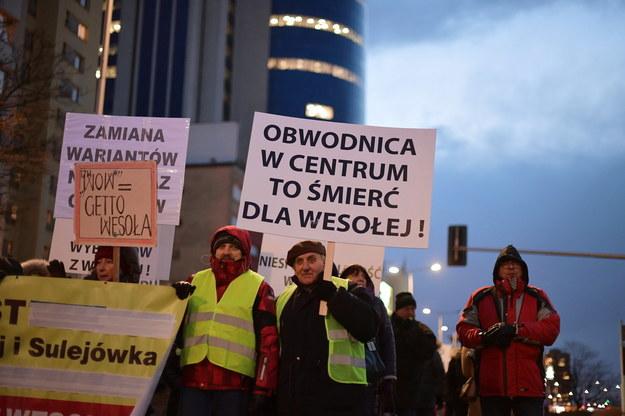 2019 r. - mieszkańcy Wesołej na proteście przeciwko planom budowy wschodniej obwodnicy Warszawy / Marcin Obara  /PAP