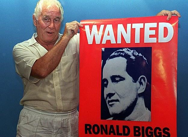 21.01.1994 r.: Przebywający w Brazylii Ronnie Biggs prezentuje plakat promujący jego książkę /AFP