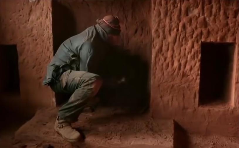 """21-wieczny """"jaskiniowiec"""" Angelo podczas pracy w swoim wymarzonym domu /materiały prasowe"""