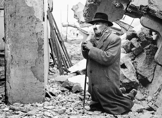 22.05.1960 r.: Mężczyzna modli się w ruinach swojego domu w chilijskim mieście Valdivia /AFP