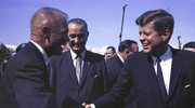 23 lutego 1962. Colonel John Glenn, Jr. (z lewej) podczas uścisku dłoni z prezydentem Johnem F. Kennedym (z prawej) i stojący obok wiceprezydent Stanów Zjednoczonych  Lyndon B. Johnson (w środku) w Cape Canaveral na Florydzie, USA