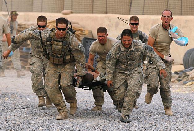 24 czerwca 2010 r.: Transport krytycznie rannego żołnierza US Army na lądowisko śmigłowców /Getty Images/Flash Press Media