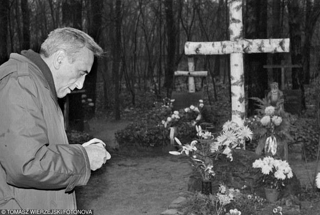 25 listopada 1990 r. Pierwsza tura wyborów prezydenckich. Tadeusz Mazowiecki odwiedza grób swojej żony na cmentarzu w Laskach /Tomasz Wierzejski/Fotonova /East News