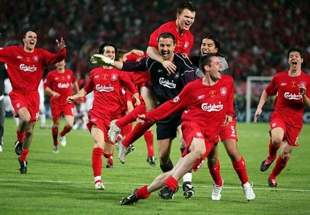 25 maj 2005. Jerzy Dudek tonie w objęciach kolegów po zwycięskim finale LM /AFP