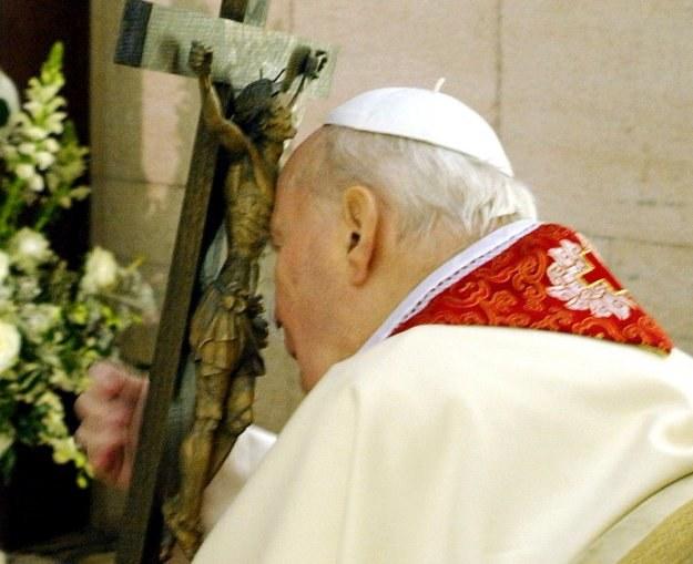 25 marca 2005 r. - Jan Paweł II uczestniczy w swej ostatniej drodze krzyżowej /AFP
