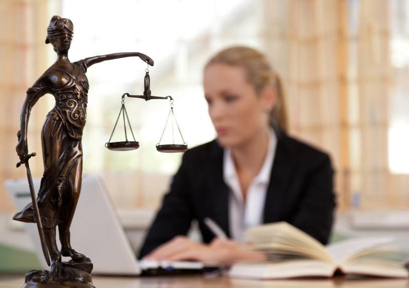 25 proc. prawników zarabia mniej niż 4160 zł brutto, natomiast 25 proc. zarabia powyżej 7760 zł /123RF/PICSEL