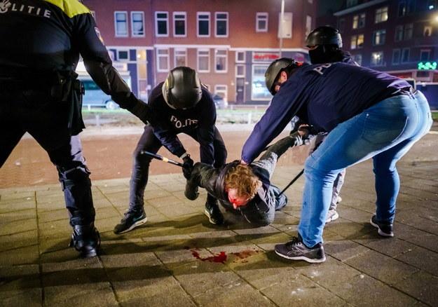 250 osób zostało zatrzymanych w weekend podczas protestów /Marco DE SWART / ANP /PAP/EPA