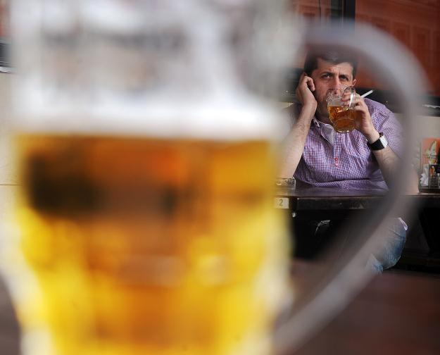 26,1 proc. skontrolowanych partii piwa było nieprawidłowo oznakowanych /AFP