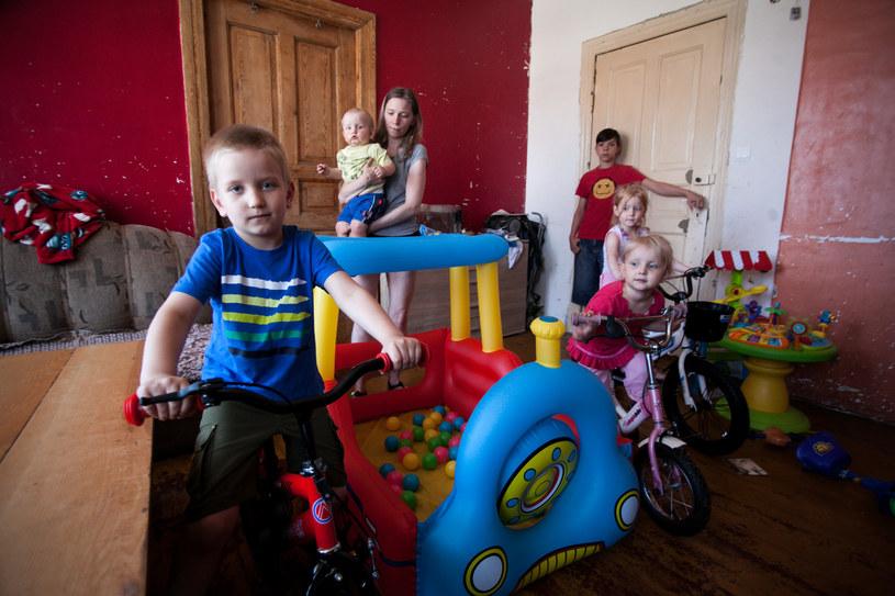 26 dzieci z trzech podkarpackich gmin zamiast gotówki w ramach 500+ dostaje jedzenie, książki i ubrania (zdj. ilustracyjne) /FILIP KOWALKOWSKI/POLSKA PRESS /East News