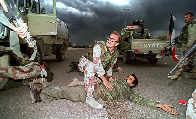 26 lutego 1991 r.: Marines przeszukują irackich żołnierzy na drodze 15 km od stolicy Kuwejtu /AFP