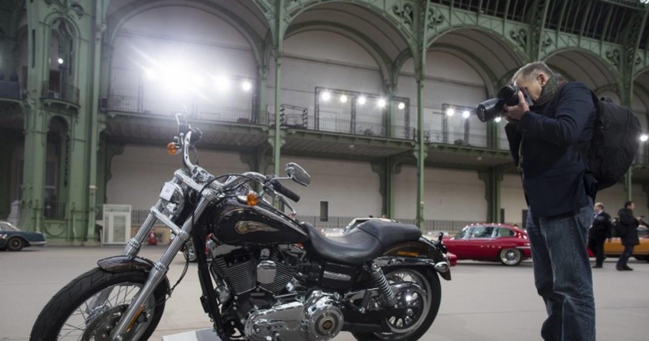 260 tys. euro za Harleya-Davidsona i kurtkę papieża