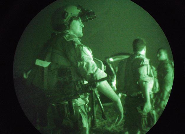 27.07.2007 r.: Komandosi Navy SEAL przygotowują sie do nocnej misji w Faludży w Iraku /Getty Images/Flash Press Media