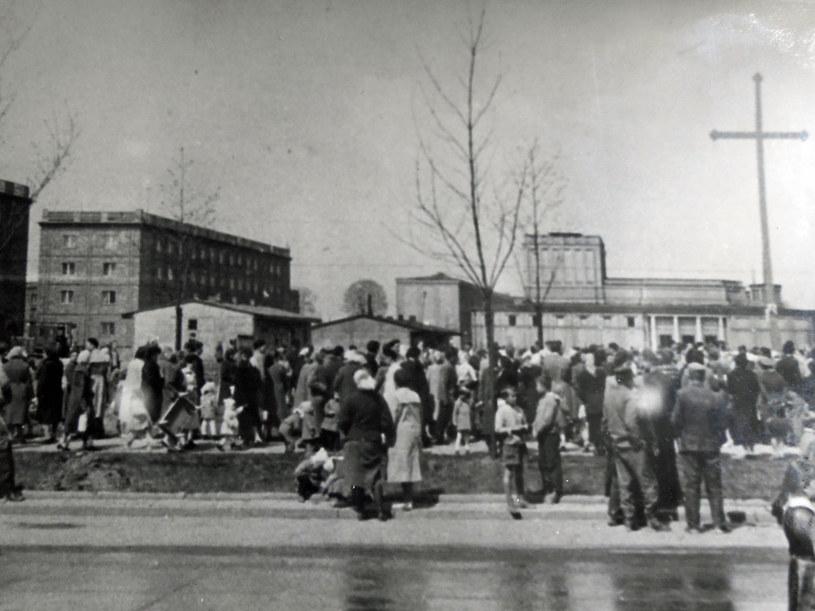 27 kwietnia 1960 r. Ludzie gromadzą się wokół krzyża, postawionego u zbiegu ulic Marksa i Majakowskiego. Fot. z archiwum IPN /Archiwum autora