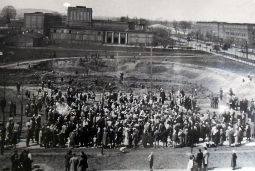 27 kwietnia 1960 r. Tłum zgormadzony wokół nowohuckiego krzyża (w tle budynek Teatru Ludowego). Fot. z archiwum IPN /Archiwum autora